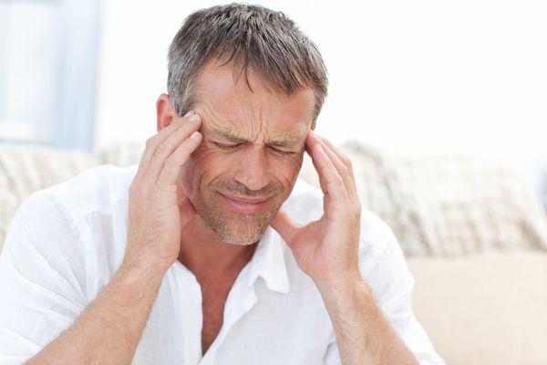 二日酔いで頭が痛い。そんな時に頭痛薬って飲んでも大丈夫なの?